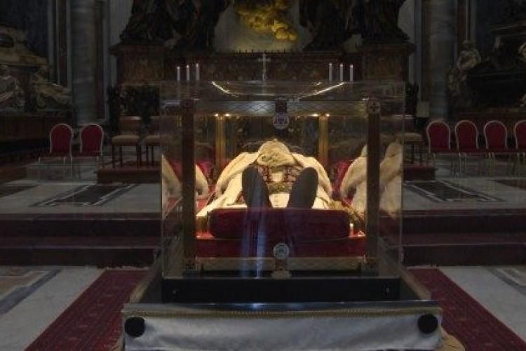 Urna com corpo do Papa João XXIII parte em peregrinação