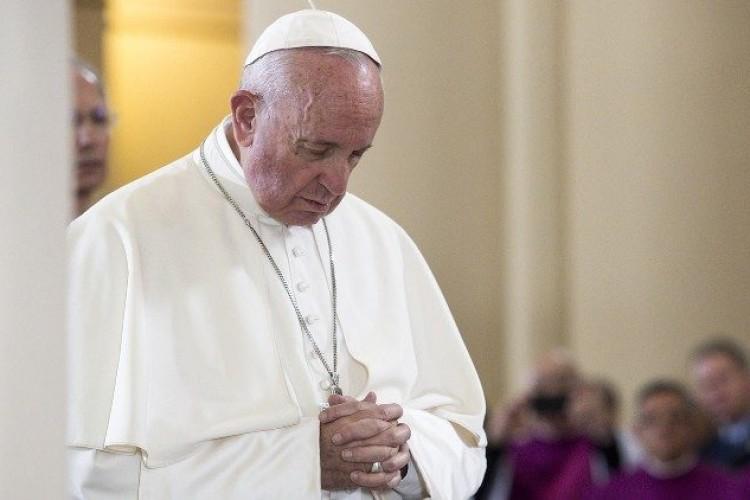 Papa reza pelos detentos e convida à Comunhão espiritual