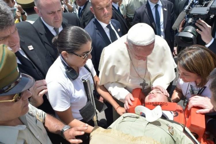 Papa consola policial ferida em queda de cavalo no Chile