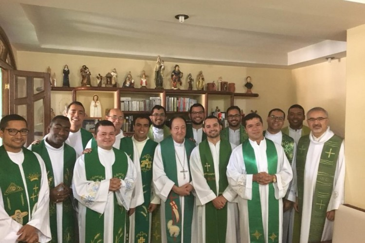 Grupos dos padres novos se despedem de Dom José Alberto