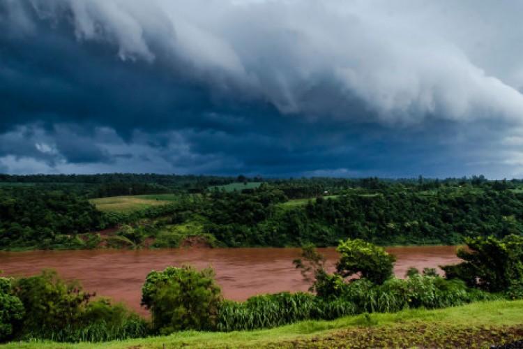 """Desastre com barragem acordou """"monstro"""" de poluentes no Rio Doce"""