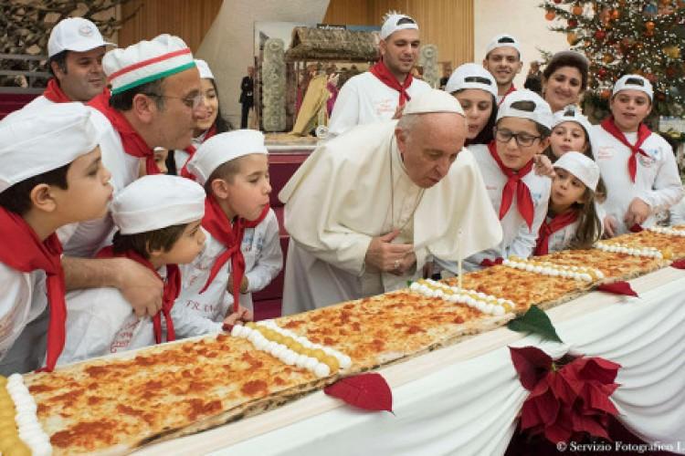 Papa festeja aniversário de 81 anos com pizza